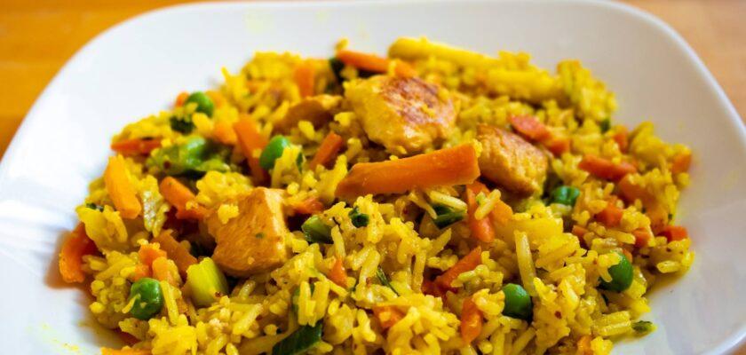 Arroz seco de verduras con curry al microondas
